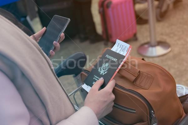 Lány mobil útlevél beszállás passz kéz Stock fotó © Margolana