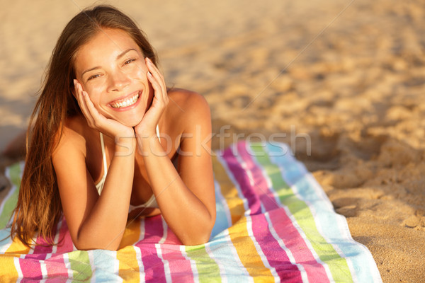 Mooie vrouw zonnebaden strand handdoek camera Stockfoto © Maridav