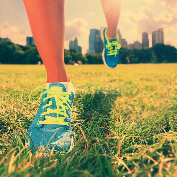 Corredor zapatillas mujer atleta hierba Foto stock © Maridav