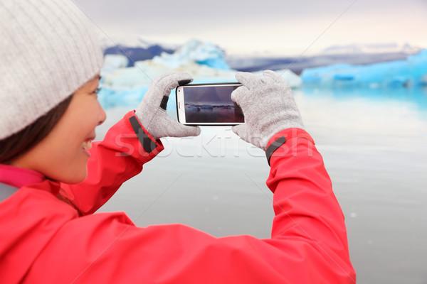 Vrouw smartphone foto IJsland gletsjer Stockfoto © Maridav