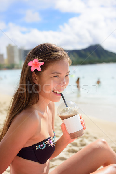 Tengerpart nő iszik jeges kávé cappucchino Stock fotó © Maridav