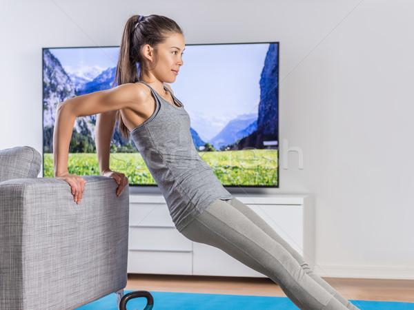 Maison femme de remise en forme formation salon canapé entraînement en force Photo stock © Maridav