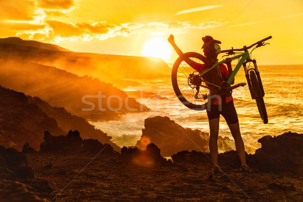 Successo mountain bike donna natura tramonto raggiungimento Foto d'archivio © Maridav