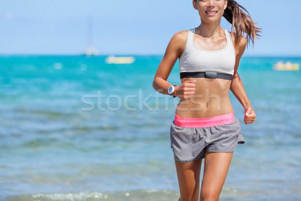 Ritmo cardíaco supervisar corredor mujer ejecutando playa Foto stock © Maridav