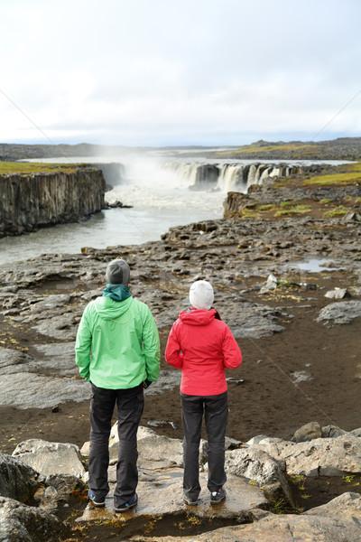 Túrázók néz Izland természet vízesés emberek Stock fotó © Maridav
