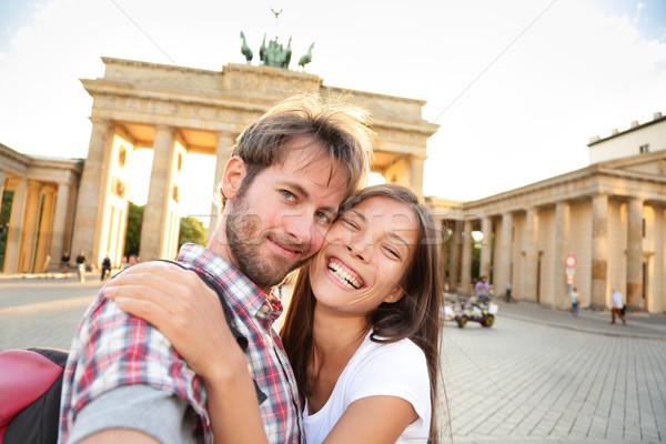 Boldog pár Brandenburgi kapu Berlin Németország gyönyörű Stock fotó © Maridav