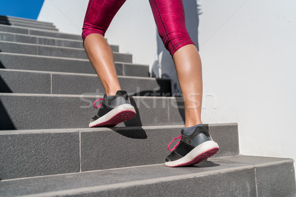 Chaussures de course coureur femme marche up escaliers Photo stock © Maridav