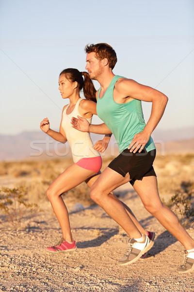 модель одежды позвал девушку бегать вместе является надежным партнером