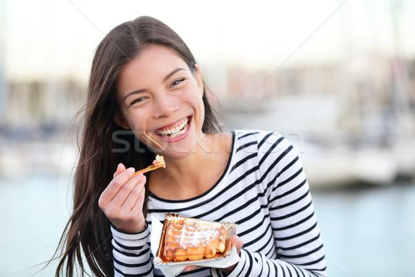 Mujer comer gofre feliz aire libre sonriendo Foto stock © Maridav