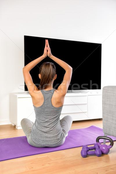 Foto stock: Casa · mulher · da · aptidão · ioga · exercer · assistindo · tv