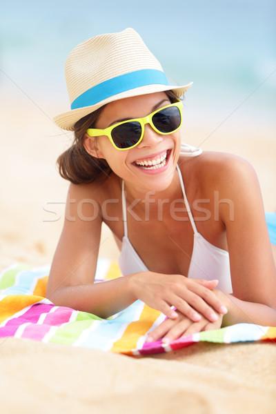 Zdjęcia stock: Plaży · podróży · uśmiechnięta · kobieta · ręcznik · plażowy