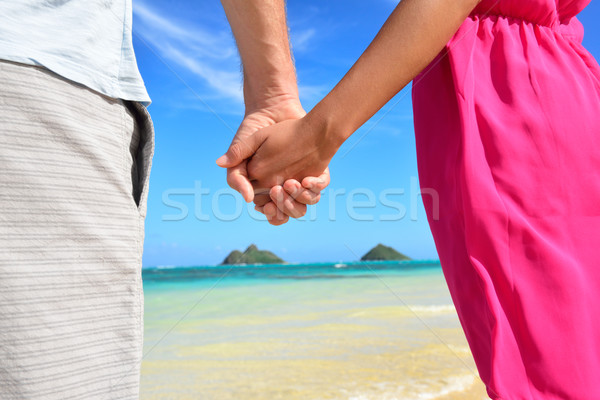 Plage couple amour mains tenant lune de miel rose Photo stock © Maridav