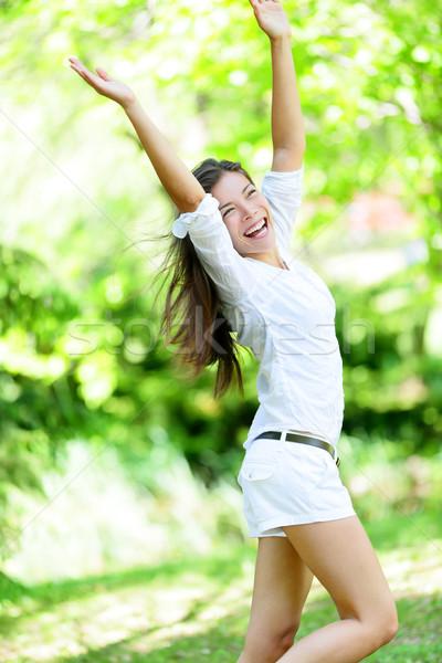 Izgatott nő karok a magasban áll park fiatal nő Stock fotó © Maridav