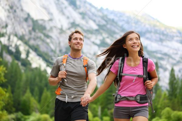 Feliz Pareja excursionistas senderismo yosemite tomados de las manos Foto stock © Maridav