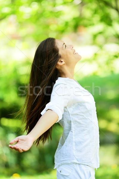 Stockfoto: Jonge · vrouw · aankomst · voorjaar · permanente · groene