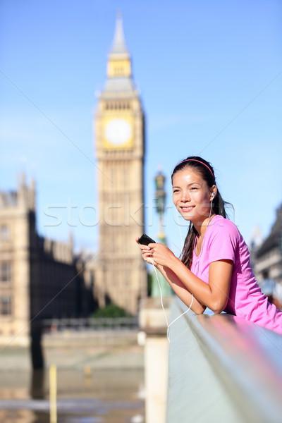 Londyn kobieta runner słuchanie muzyki Big Ben smartphone Zdjęcia stock © Maridav