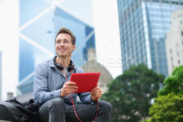 Városi férfi tabletta ül Hongkong táblagép Stock fotó © Maridav
