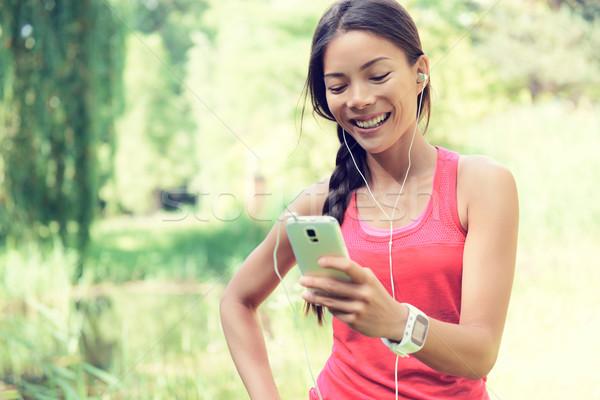 Foto stock: Caber · mulher · celular · escuta · música · feliz