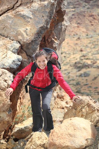 Gyönyörű nő kirándulás mosolygó nő természetjáró mászik felfelé Stock fotó © Maridav