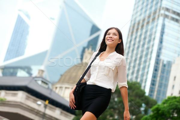 Asian zakenvrouw lopen buiten Hong Kong zakenvrouw Stockfoto © Maridav