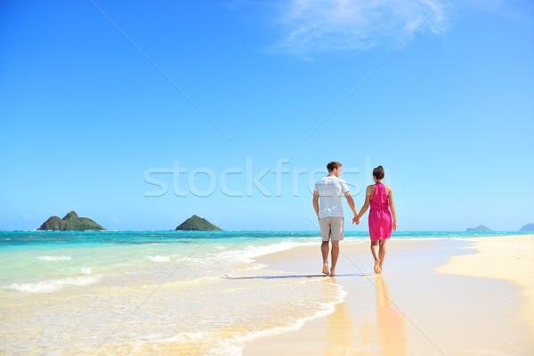Tengerpart pár kéz a kézben sétál Hawaii nászút Stock fotó © Maridav