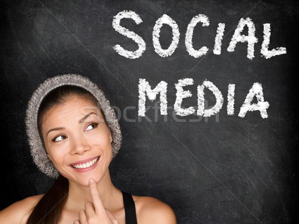 Médias sociaux regarder pense texte tableau noir Photo stock © Maridav