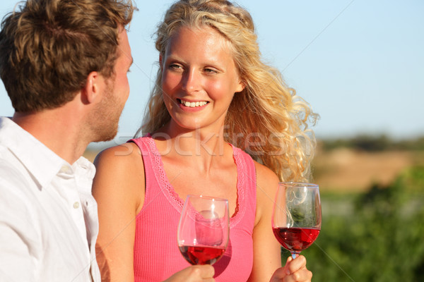 Foto stock: Feliz · casal · potável · vinho · pôr · do · sol · rosa · vermelha