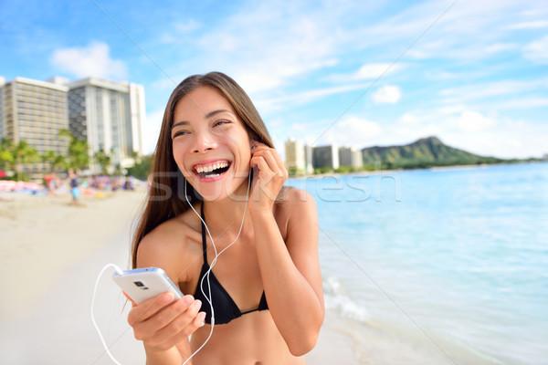 Boldog tengerpart nő zenét hallgat okostelefon fülhallgató Stock fotó © Maridav