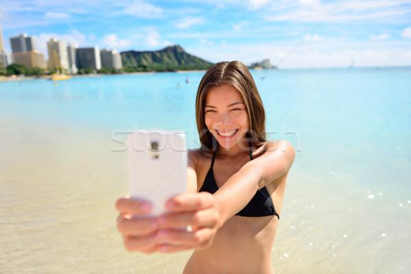 Lány elvesz jókedv okostelefon Waikiki tengerpart Stock fotó © Maridav