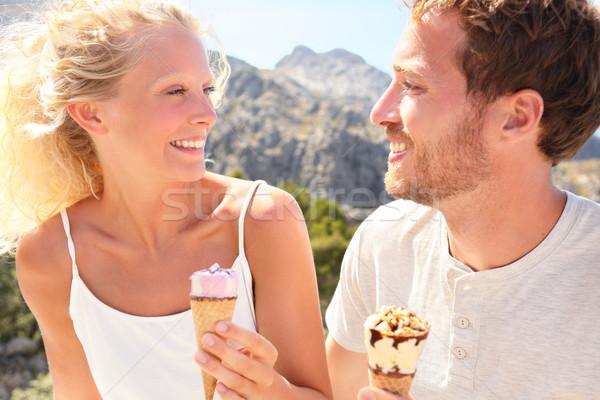 Boldog pár eszik fagylalttölcsér kint élvezi Stock fotó © Maridav