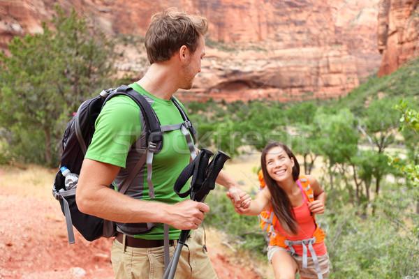 Segítő kéz kirándulás nő segítség túrázik mosolyog Stock fotó © Maridav