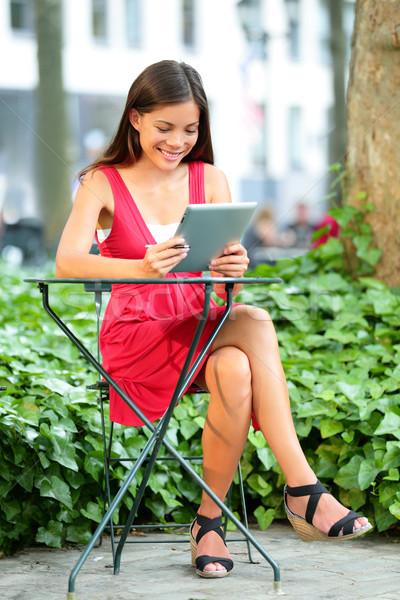 Fiatal ázsiai nő táblagép park Manhattan Stock fotó © Maridav