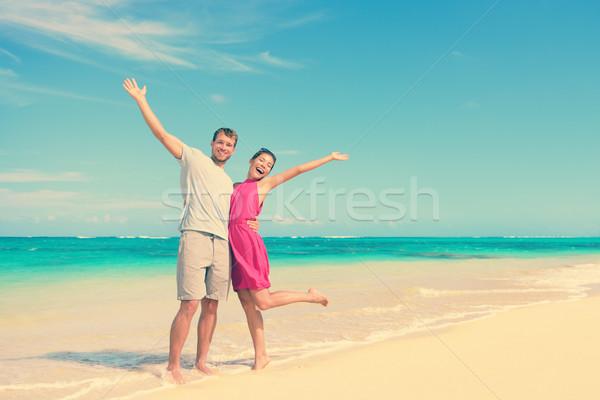 Boldog pár karok a magasban áll tengerpart teljes alakos Stock fotó © Maridav