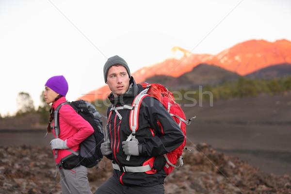 Kirándulás emberek hegy természetjáró pár sétál Stock fotó © Maridav