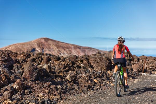 Mountain bike mulher ciclista natureza trilha ciclismo Foto stock © Maridav