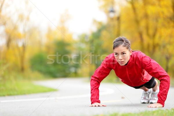 Crossfit nő fekvőtámasz szabadtér kereszt képzés Stock fotó © Maridav