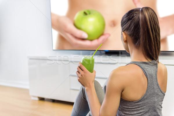 健康 女性 飲料 グリーンスムージー を見て テレビ ストックフォト © Maridav
