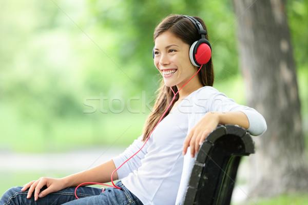 Foto d'archivio: Donna · ascoltare · musica · parco · indossare · cuffie · sorridere