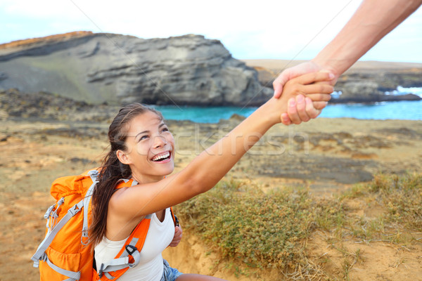 Mana de ajutor excursionist femeie ajutor excursie pe jos zâmbitor Imagine de stoc © Maridav