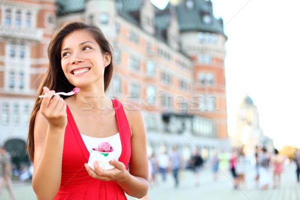 Turist kadın yeme dondurma Quebec şehir Stok fotoğraf © Maridav