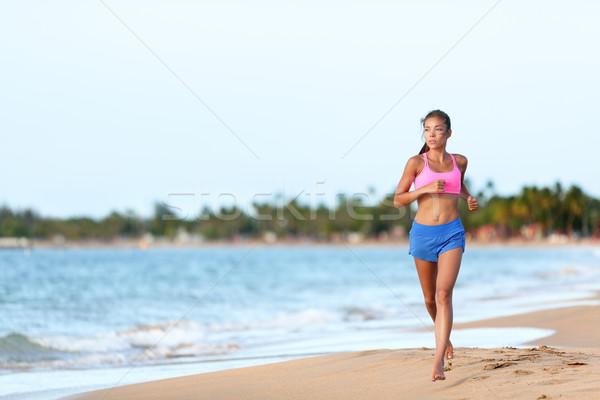 Fitt nő fut part égbolt fiatal Stock fotó © Maridav