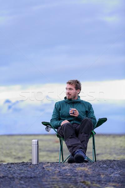 Zdjęcia stock: Kemping · człowiek · posiedzenia · pitnej · kawy · charakter