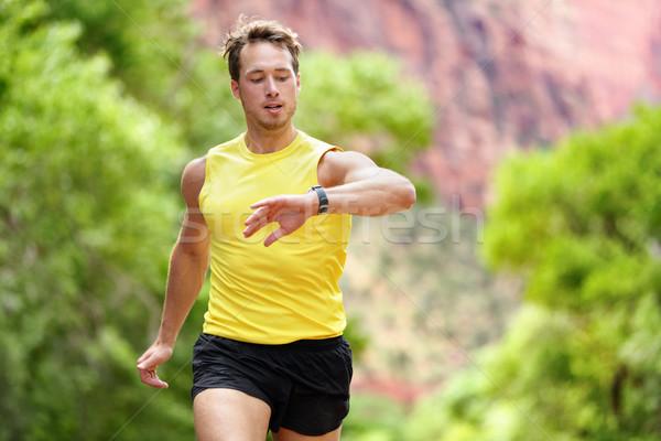 Runner глядя частота сердечных сокращений контроля работает человека Сток-фото © Maridav
