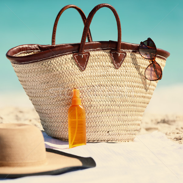 Sombrero gafas de sol protector solar loción playa Foto stock © Maridav
