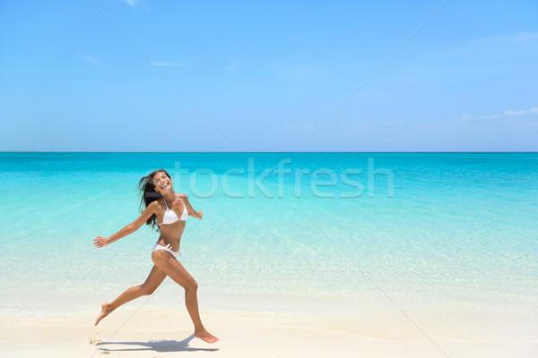 Beztroski kobieta skoki plaży lata młoda kobieta Zdjęcia stock © Maridav