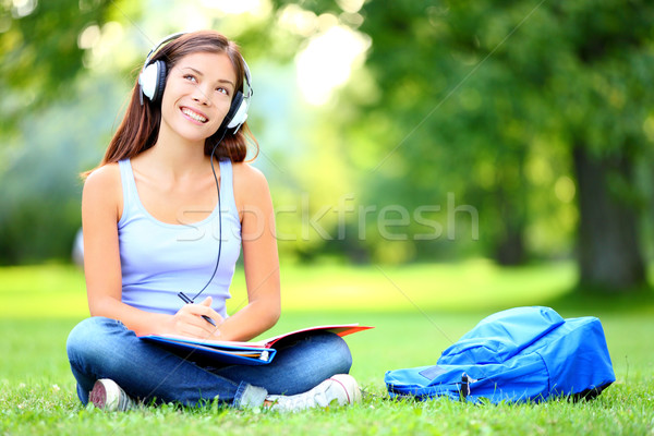 Student park vrouwelijke meisje buiten luisteren naar muziek Stockfoto © Maridav