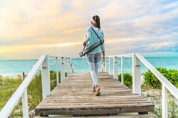 Fitness vrouw lopen yogamat strand outdoor meditatie Stockfoto © Maridav