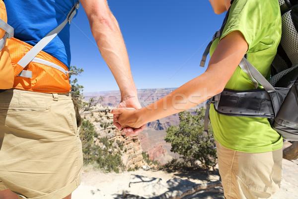 De mãos dadas romântico casal caminhadas Grand Canyon Foto stock © Maridav