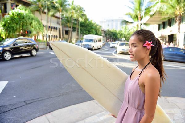 Városi szörf szörfös lány szörfözik Waikiki Stock fotó © Maridav