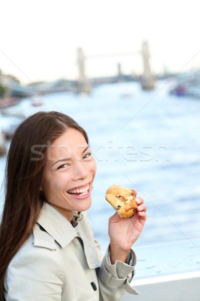Nő eszik teasütemény London boldog lány tart Stock fotó © Maridav